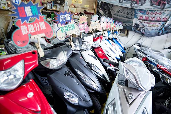 新竹上佑機車行裡面擺放了許多新車