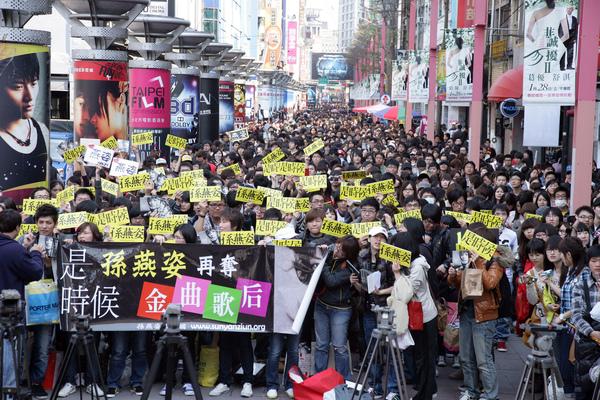 孫燕姿台北簽唱會人潮擠爆整條電影街.JPG