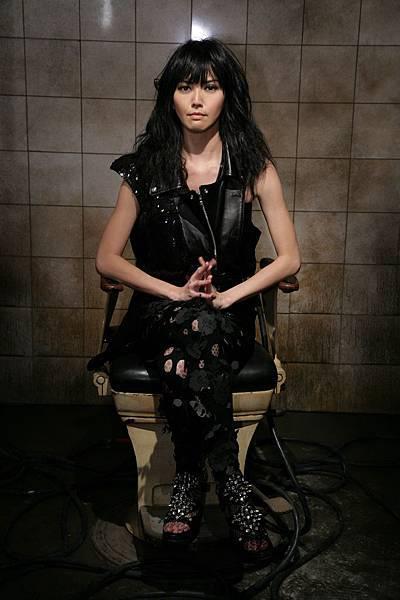 孫燕姿在破舊髒亂的電椅上.JPG