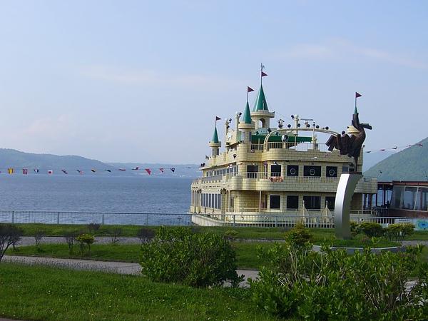 洞爺湖-遊湖的船像移動的城堡