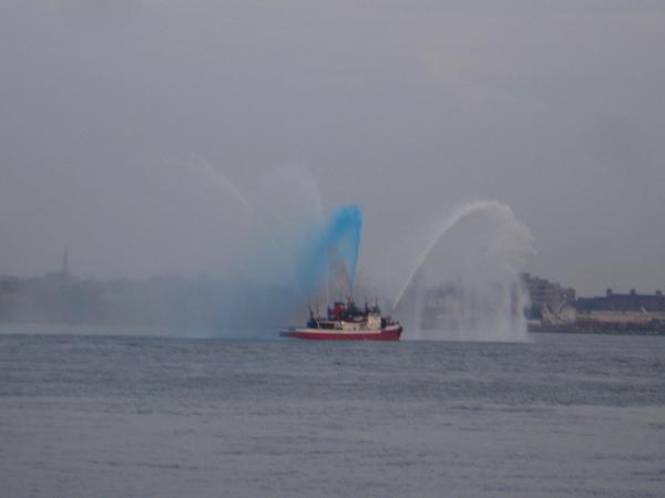 噴出紅藍白三色水柱的小艇