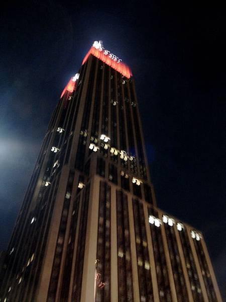 看完夜景之後在Empire State腳下拍的
