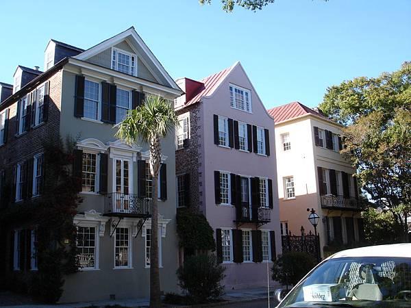 這些房子多半是中性色或粉色的