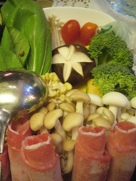 時蔬菇菇鍋-肉與菜盤