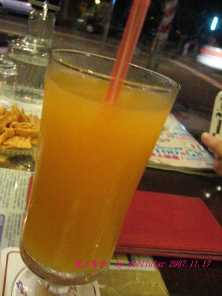 """我點的檸檬紅茶,可是顏色好像不太像一一"""",不過還滿好喝的啦"""