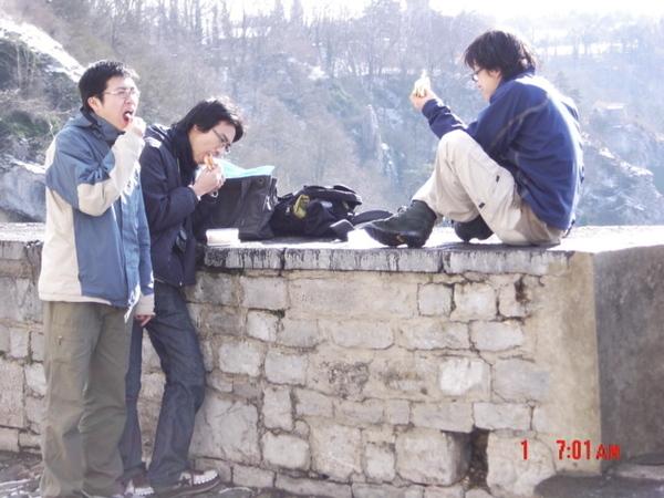 在城牆上野餐.jpg