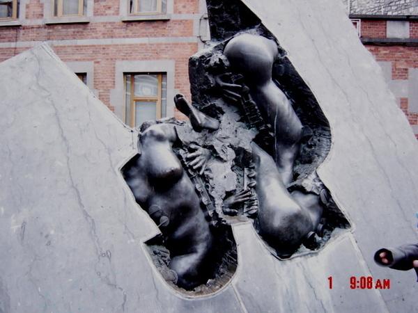 薩克斯路上的銅雕作品.jpg
