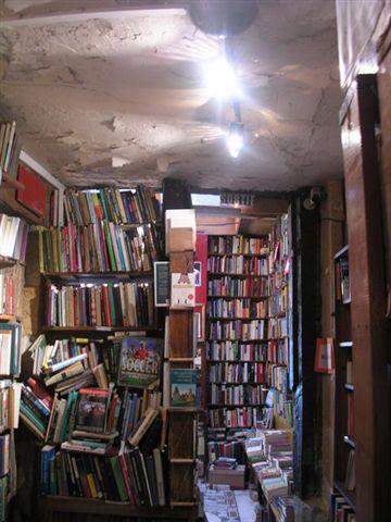 小小的店塞滿了書.jpg