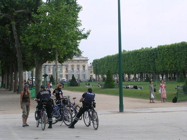 公園裡的騎警.jpg