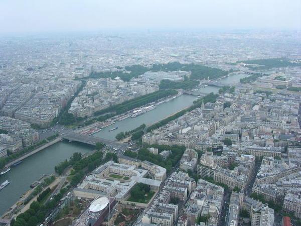 塞納河流貫巴黎.jpg