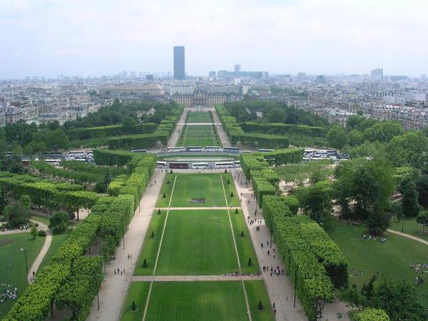 鐵塔下的公園.jpg