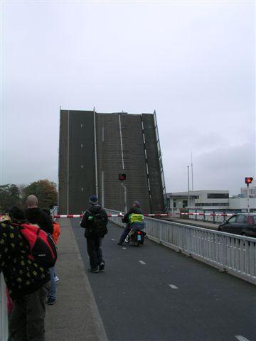 運河上的橋,剛好有船要經過。