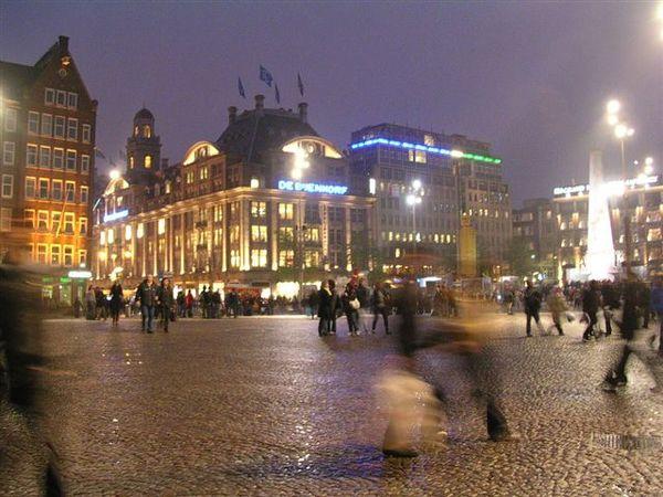 又是Amsterdam夜景。廣場前。