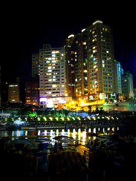 很有親切感,很像香港的高樓大廈!