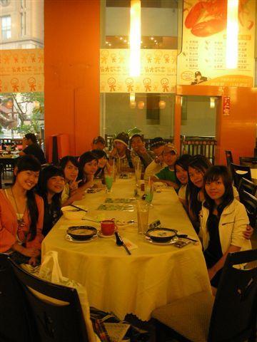 having dinner at 皆大欢喜