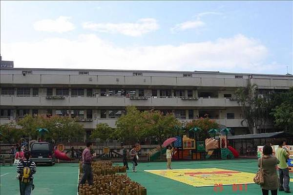 XX 樓 (照得不夠清楚) 後面有當年的老師宿舍