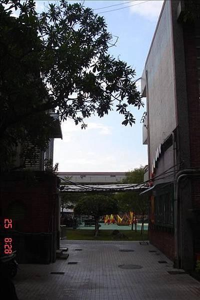 左邊是行政樓 右邊是登月樓(六年戊班在二樓第一間)