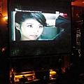 一樓客廳於開啟投影機播放影片的情形