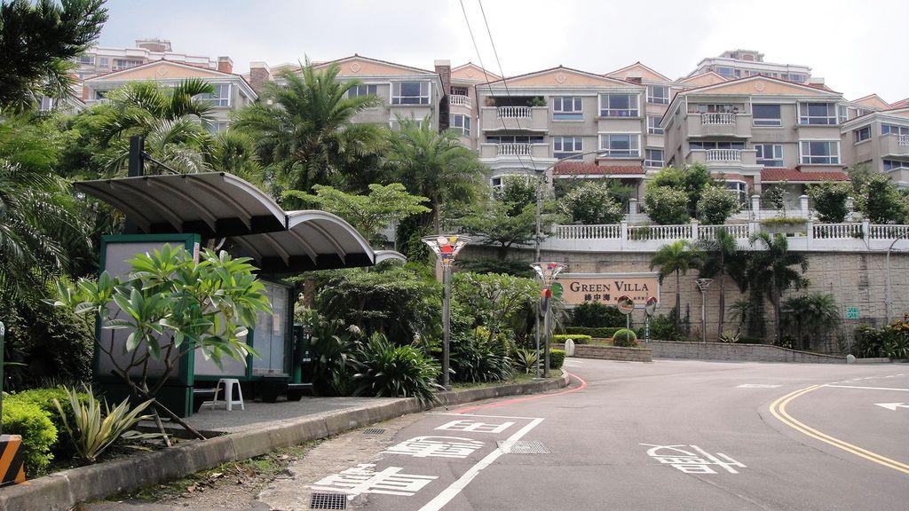 社區大門外的公車站牌