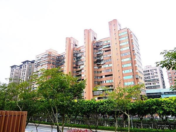 龍騰華園社區樓外觀1