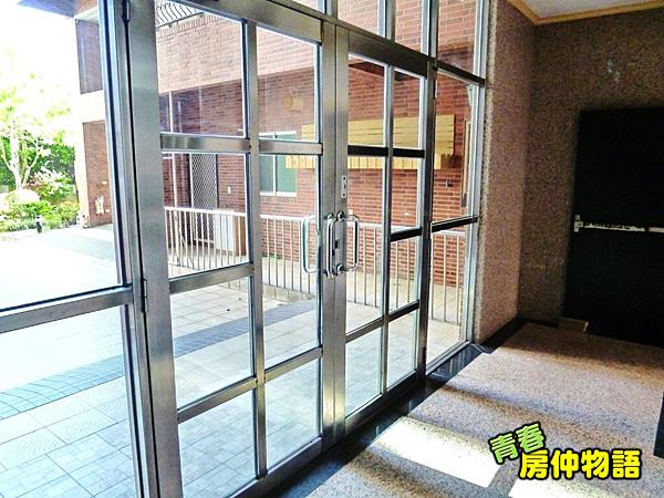 一樓梯廳採光明亮.PNG