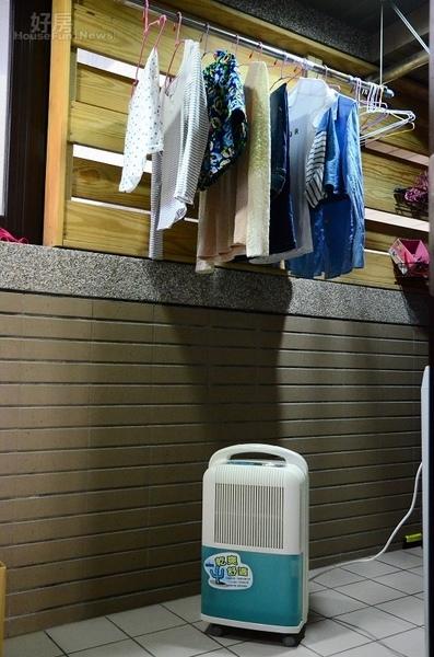 反潮現象嚴重,許多民眾只好在室內晾起衣服.jpg