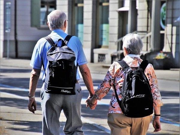 高齡社會的難題 為了照顧爸媽是否要離職?.jpg