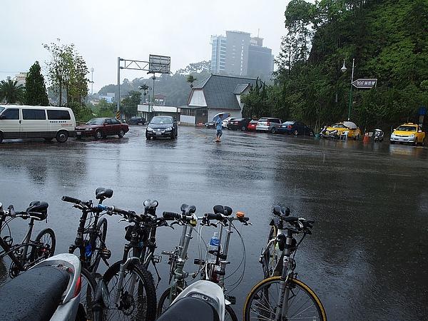 午餐吃到一半開始下雨了Orz