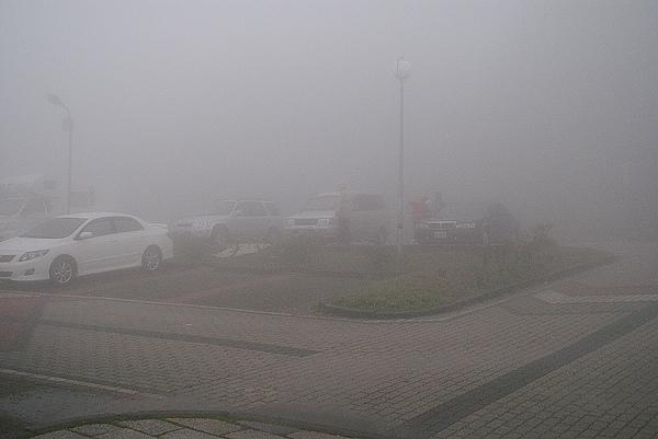 早上8點昆陽停車場竟然是一片迷霧