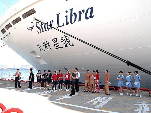 02.船員一字排開迎接遊客