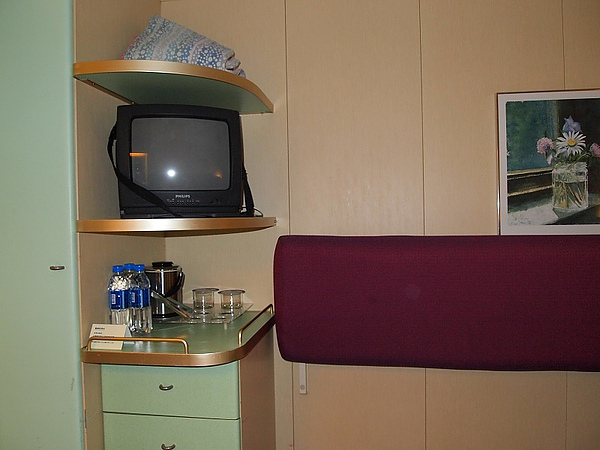 10.房間-電視和茶水.jpg