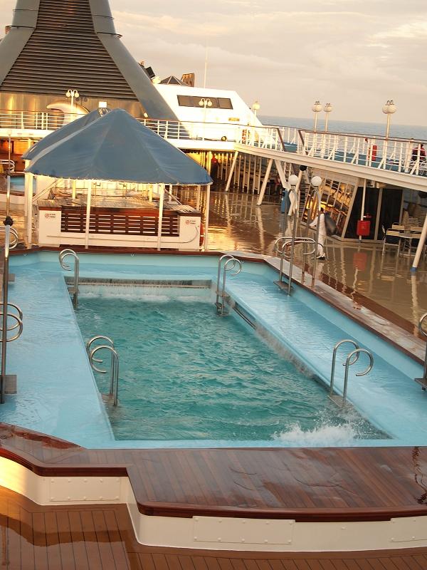 13.今天風浪超大的,看游泳池的水都搖到甲板上了.jpg