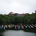 43.首禮城附近的潭,掛滿了鯉魚旗.jpg