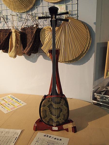 25.碼頭內展示的傳統樂器:三味線.jpg