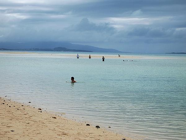40.海水只到腰部深而已,外海還有一塊沙灘.jpg
