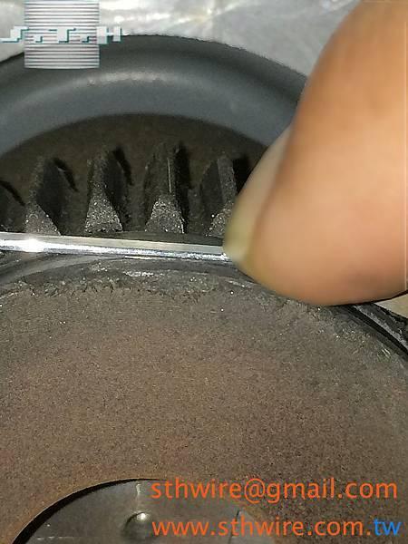 適當的拴緊螺帽順暢傳送釘線(3)