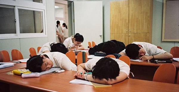 周偉航老師提出大學生別成為10種不該成為的人,空白人,嘴砲人,標準答案人,興趣人,不理不理星人,咩咩人,不識字魔人,心電感應人,期末關說人,電動人,睡覺人