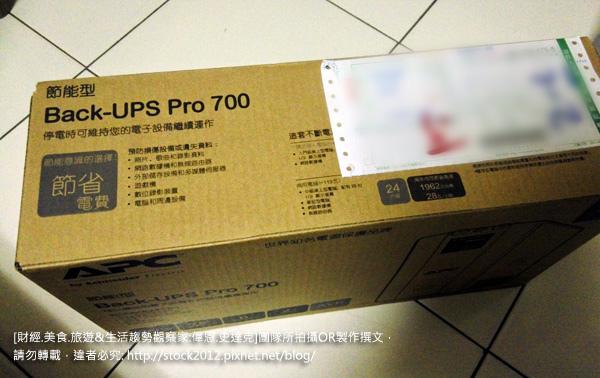 [開箱] 不斷電系統推薦 APC Back-UPS pro 700,施耐德電機高CP值價格品牌,3C自動電壓調整與備用電池電力,跳電停電保護電腦數據資料 (時間原理,在線式廠商,逼逼叫)