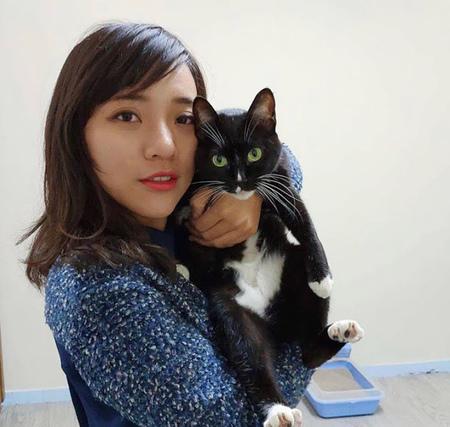 黃捷與貓.jpg
