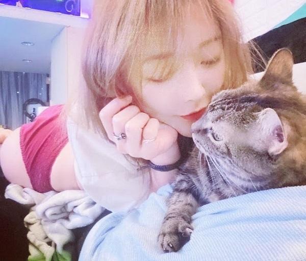正妹與貓 14.jpg