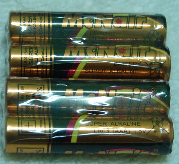 很貼心的送了4顆4號電池