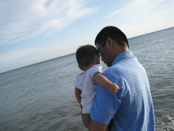 爸比抱誠在看海