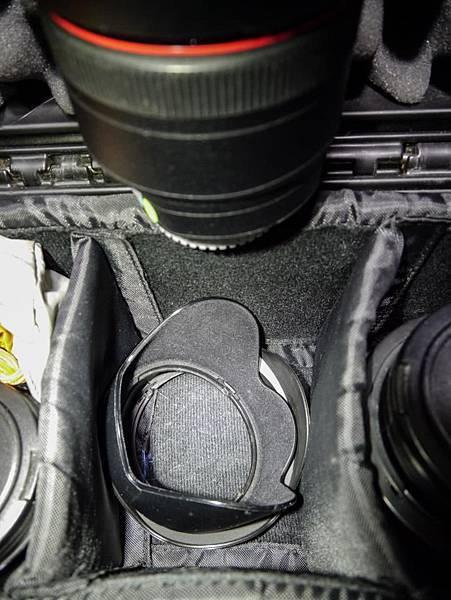 小祕訣,遮光罩可以放在鏡頭的下面。