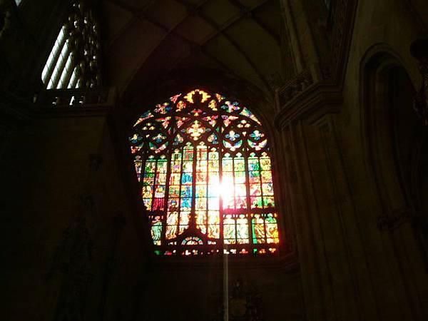 穿過彩繪玻璃的陽光