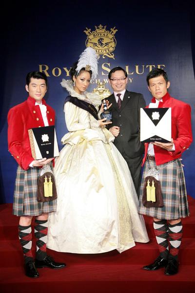 皇家禮炮威士忌發表2009新年禮盒,名模蔣怡以伊莉莎白女王造型登場,圖右至左為陳志強、台灣保樂力加危永標總經理、蔣怡、俞凡鏮.jpg