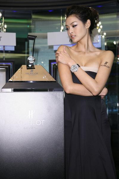 林嘉琦佩帶3500萬手錶與專屬金字塔錶櫃電子檔.jpg