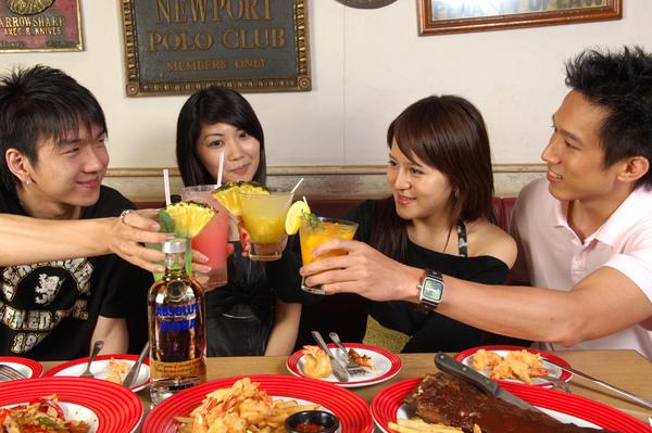 ABSOLUT今夏與T.G.I. Friday's星期五餐廳攜手推出「絕對迷上癮」系列調酒,讓消費者輕鬆享受變化多端的美妙調酒滋味_2.jpg