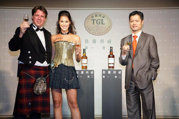 (左起)格蘭利威亞太區品牌大使Robin Gray、品飲大使Akemi與台灣保樂力加行銷總監Paul於舞台上舉杯合影;預告將舉辦格蘭利威即時線上品飲活動.jpg