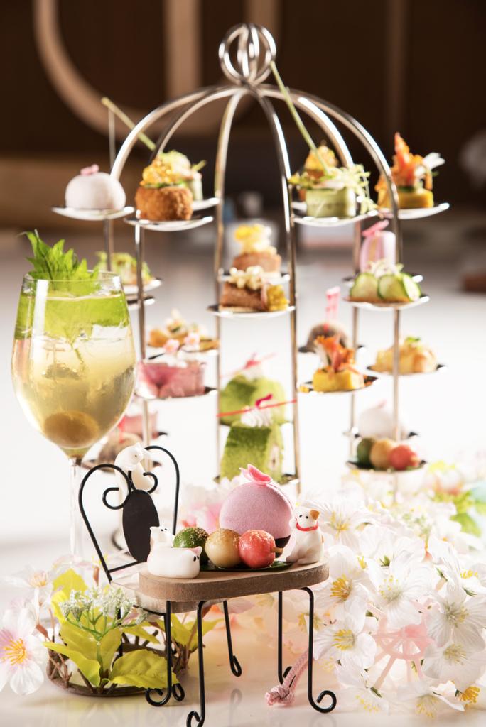 「柚香馬卡龍」內層包覆著甜甜的柚子內餡,上方再用櫻花造型巧克力點綴,超可愛粉色外表及香甜口味,一次滿足視覺及味覺。(圖/六福旅遊集團提供).jpg