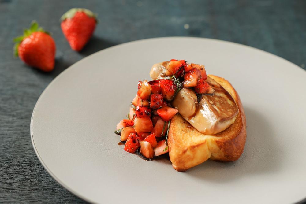 台北晶華_草莓鴨肝布里歐是以經過酥烤的布里歐麵包當底,再放上以鐵板香煎而成的加拿大Rougie鴨肝.jpg